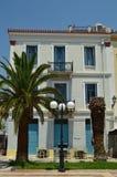 Typisches weißes Gebäude mit blauen Verkäufen in Nafplio Architektur, Reise, Landschaften, Kreuzfahrten lizenzfreie stockfotografie