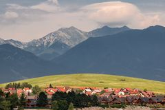 Typisk by, äng för grönt gräs och berg i bakgrunden, Liptovska Mara, Slovakien arkivfoton