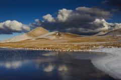 Typisk abruzzo landskap i vinter Arkivfoto