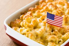 Typisk amerikansk makaroni och ost Arkivfoto