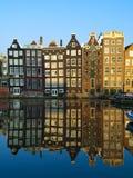 typisk amsterdam arkitektur Arkivfoton