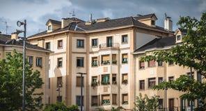 Typisk arkitektur för bostads- byggande av Irun, Spanien arkivfoton