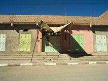 Typisk arkitektur i Merzouga royaltyfria foton