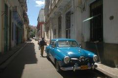 Typisk arkitektur och antik bil Arkivbild