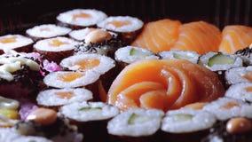 Typisk asiatisk mat - variation av olika sushistycken på den stora plattan arkivfilmer