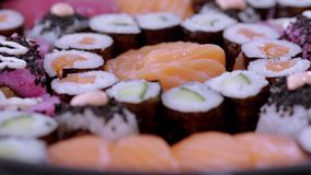 Typisk asiatisk mat - variation av olika sushistycken på den stora plattan lager videofilmer