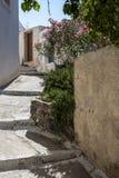 Typisk bakgata i Megalochori, Santorini Royaltyfri Bild