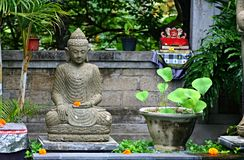 Typisk Balinesefristad med statyn av den hinduiska guden i trädgården Fotografering för Bildbyråer