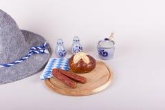 Typisk bayerskt mellanmål med korvar och bröd Royaltyfria Bilder