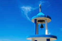 Typisk blåvitt kyrkligt torn (kyrktorn) med klockan av grek chu Arkivfoto