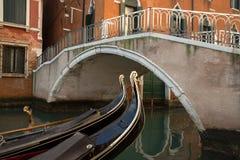 Typisk bro som lokaliseras i Venedig med detaljen av gondolfartyget, det Arkivbild