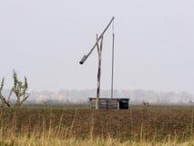 Typisk brunn av herdar i den ungerska öknen arkivfoton