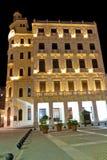 Typisk byggnad i gammala Havana på natten Arkivbild