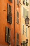 Typisk byggnadsfacade i den gammala Nice Royaltyfri Fotografi