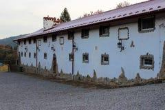 Typisk byhus med små fönster arkivfoton