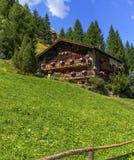 Typisk chalet i Zermatt, Schweiz arkivbilder