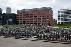 Typisk cykellagring i stadsmitten av Amsterdam arkivbild