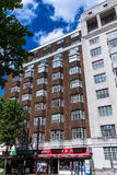 Typisk engelsk flervånings- byggnad för röd tegelsten i en sommareftermiddag på den Coram gatan nära den Russell fyrkanten Royaltyfri Fotografi