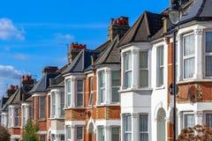 Typisk engelska terrasserade hus i västra Hampstead, London royaltyfri bild