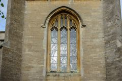 Typisk engelskt kyrkligt målat glassfönster royaltyfri foto