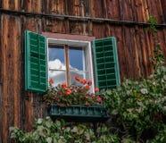 Typisk fönster av ett trähus arkivbild