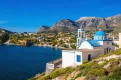 Typisk för Grekland vitkyrka med denblått kupolen Arkivbilder