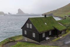 Typisk Faroese hus nästan havet, Bøur, Vagar, Faroe Island arkivfoto