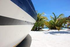 Typisk fartyg på stranden, Maldiverna Arkivbild