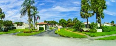 Typisk Florida hem i bygden med palmträd, tropiska växter och blommor royaltyfri fotografi