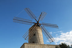 Typisk gammal väderkvarn i Malta royaltyfri fotografi