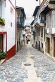 Typisk gata av en by av galicia på lutning och färdig in Royaltyfri Foto