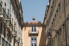 Typisk gata av i stadens centrum Lissabon, Portugal royaltyfri foto