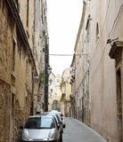 Typisk gata i den forntida Syracusen Arkivfoto