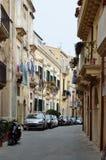 Typisk gata i den forntida Syracusen Royaltyfria Foton