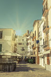 Typisk gata i gammal stad av Ibiza, i Balearic Island, Spanien Arkivbild