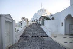 Typisk gata i Thira på ön av Santorini, Grekland Lopp kryssningar, arkitektur, landskap Grekisk gata och ortodox arkivfoton