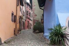 Typisk gata med kullersten i den elsassiska byn Royaltyfria Foton