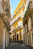 Typisk gata med traditioal arkitektur i Cadiz, Spanien Arkivfoto