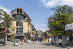 Typisk gata och byggnad i mitten av staden av Burgas, Bulgarien royaltyfria bilder