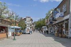 Typisk gata och byggnad i mitten av staden av Burgas, Bulgarien arkivfoto