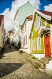 Typisk gata och färgrika hus i Bergen fotografering för bildbyråer