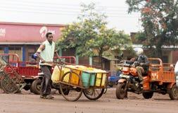 Typisk gataplats på Arusha i Tanzania Fotografering för Bildbyråer