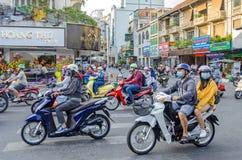 Typisk genomskärning av vietnamesiska gator med många mopeds Arkivfoton