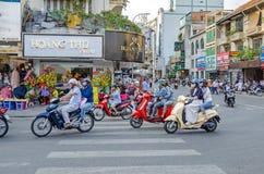 Typisk genomskärning av vietnamesiska gator med många mopeds Royaltyfria Bilder