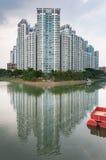 Typisk gods för Singapore highriseallmännyttan bredvid floden royaltyfria bilder