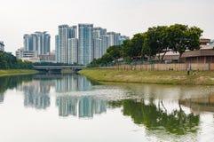 Typisk gods för Singapore highriseallmännyttan med floden i f arkivbild
