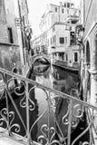 Typisk gondol i en smal Venetian kanal Traditionell italiensk arkitektur Svartvit bild royaltyfria bilder