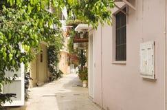 Typisk grekisk gränd i den Lefkas staden Arkivfoton