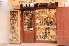 Typisk hemslöjd shoppar i den medeltida staden av Toledo i Spanien arkivfoto