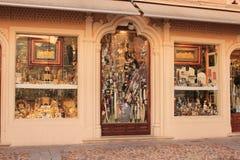 Typisk hemslöjd shoppar i den medeltida staden av Toledo i Spanien royaltyfria foton
